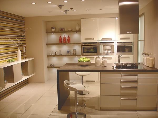 Интерьер маленькой кухни стильно и