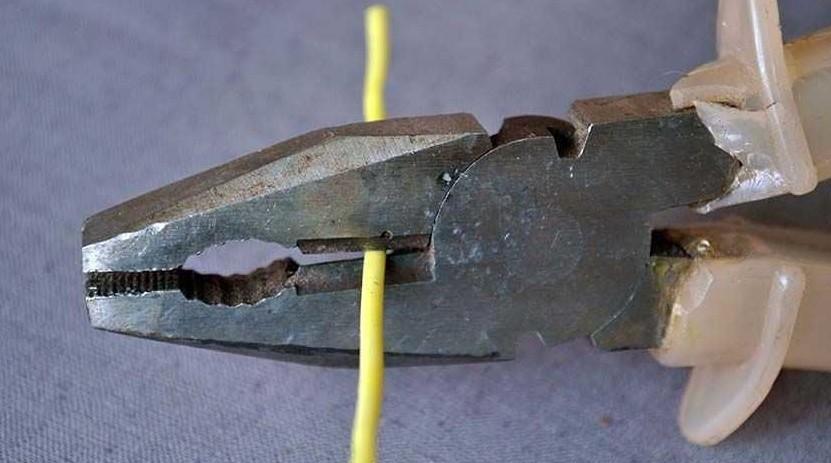 Использование встроенных в пассатижи бокорезов