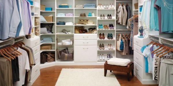 Используйте в гардеробной всю свободную площадь стен.