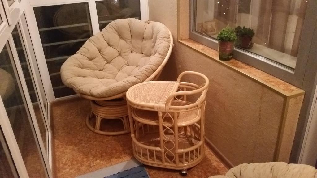 Ротанговая мебель на балконе.