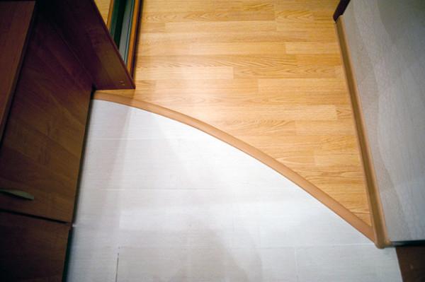 Износостойкая плитка и практичный ламинат – отличное сочетание для прихожей
