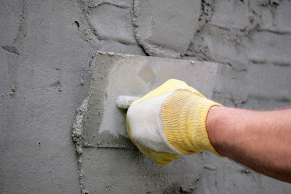 Известково-цементная штукатурка подходит как для внутренних, так и для наружных работ