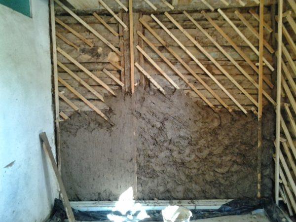 Известково-цементный раствор подходит даже для деревянных стен