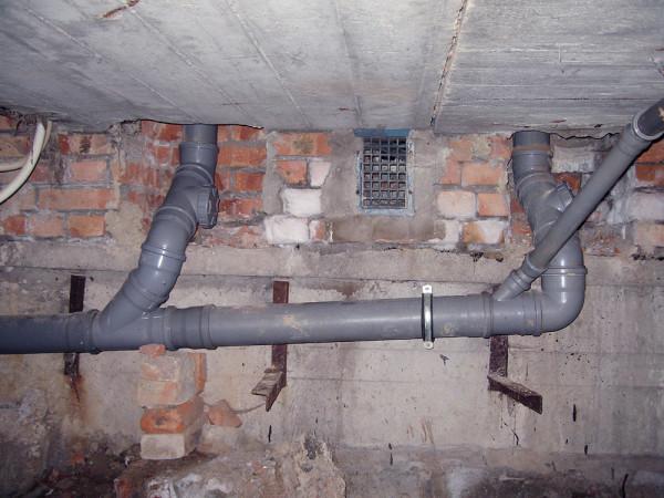 Канализация в подвале многоквартирного дома.
