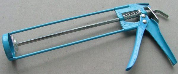 Каркасный пистолет для силикона — самый простой и дешевый вариант