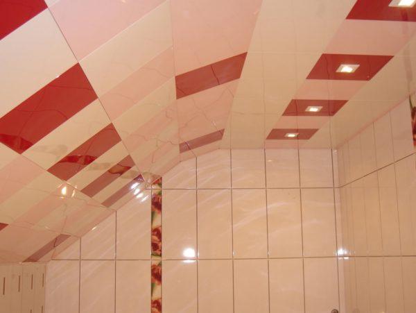 Кассетный потолок может быть не только горизонтальным, но и наклонным.