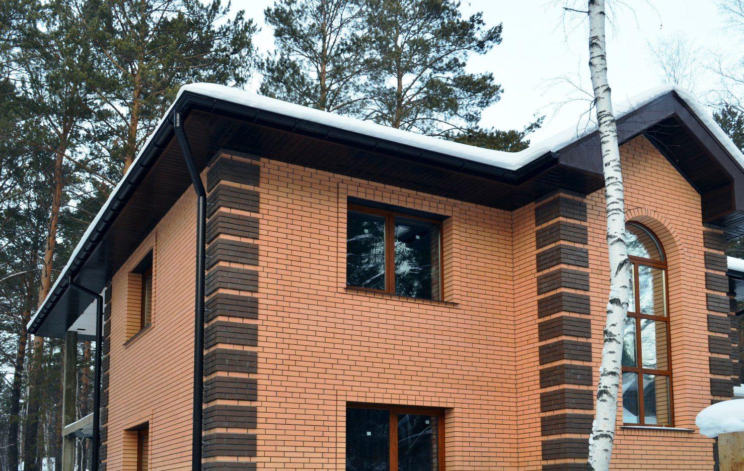 Кирпич надежно защищает стены от атмосферных и механических воздействий