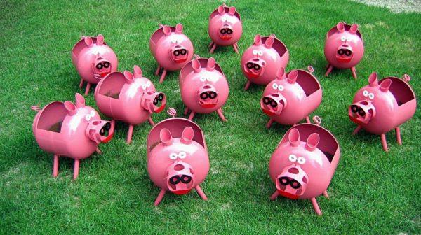 Команда свиней из пластиковых бутылок с лёгкостью заменит вам несколько грядок и при этом ещё и украсит сад