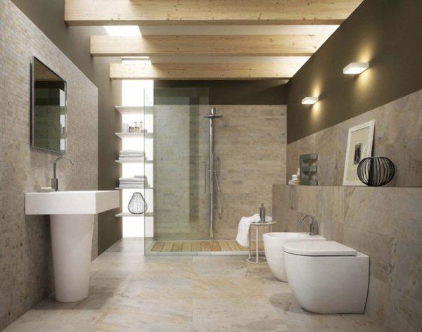 Комбинированное освещение просторного совмещенного санузла: встроенные в потолок и стены светодиодные панели сочетаются с настенными светильниками.