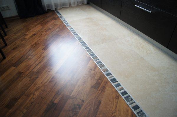 Комбинированное покрытие пола на кухне: вблизи рабочей зоны уложен прочный и водостойкий кафель.