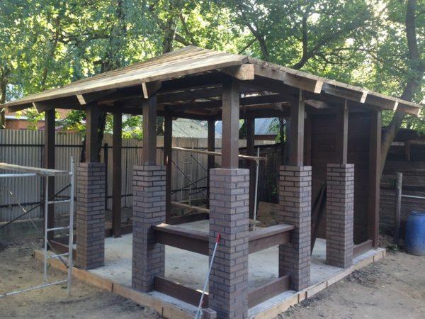 Комбинированные столбы из кирпича и деревянного бруса.