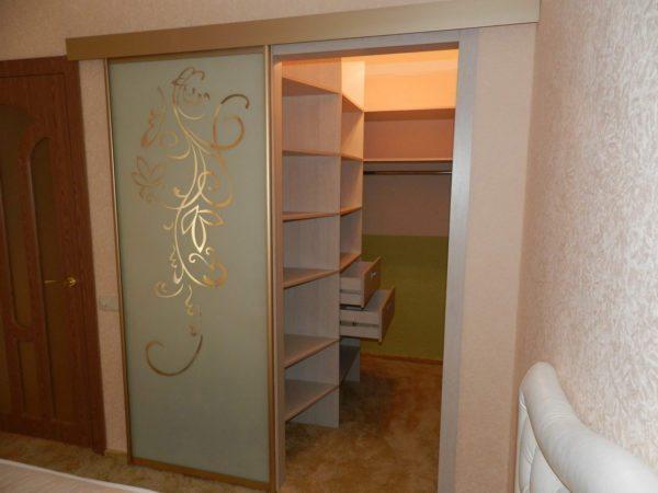 Компактная гардеробная комната – 2 кв м использованы с максимальной пользой