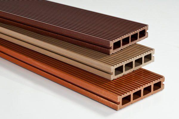 Композитная террасная доска из стружки и полимерного связующего. Для веранды можно использовать натуральную доску из стойких к гниению пород дерева.