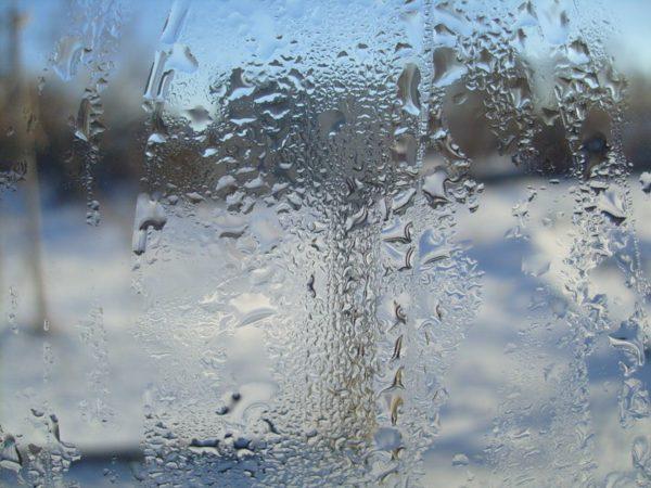 Конденсат на стеклах — первый признак недостаточной эффективности вентиляции помещения.