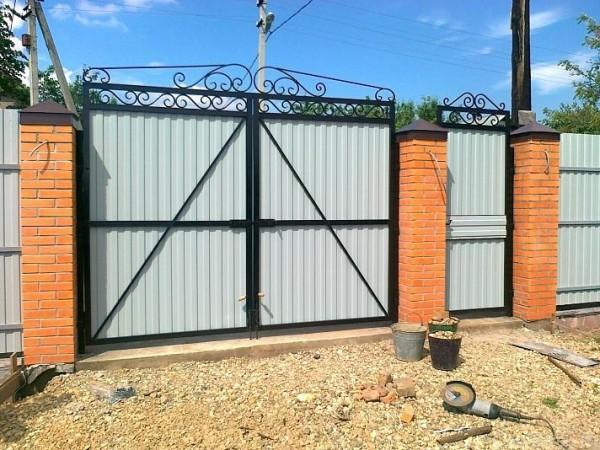 Конструкция распашных ворот проста и надежна