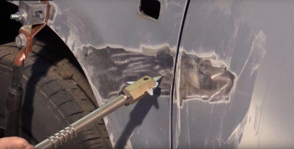 Контакт инструмента с мятым кузовом составляет пару миллиметров, но этого хватает, чтобы выровнять вмятину