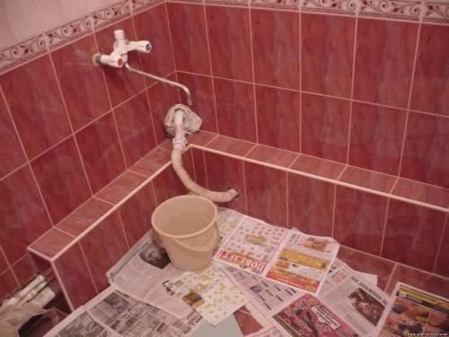 Короб в ванной, облицованный плиткой