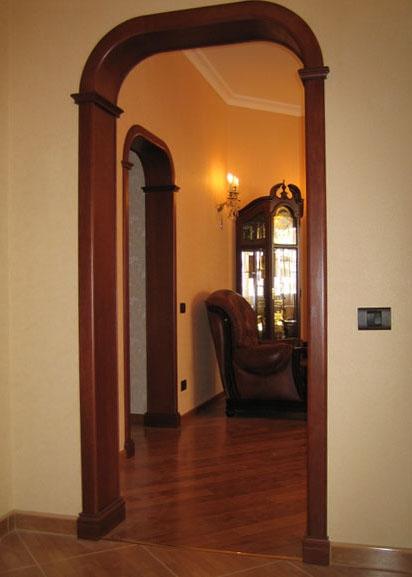 Простенок - переход из прихожей в гостиную, обрамленный деревом