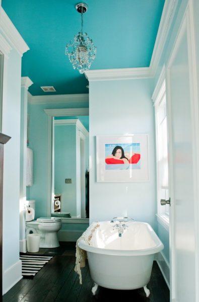 Краска позволяет придать поверхности потолка любой цвет и оттенок