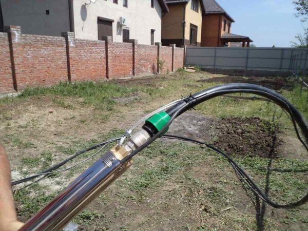 Крепление торса, шланга и кабеля к насосу выполняется с обязательной фиксацией хомутами