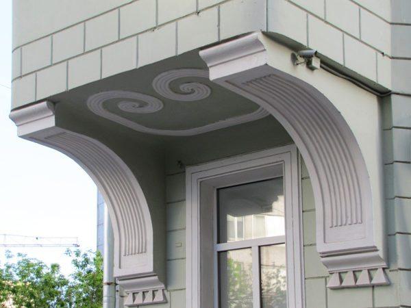Кронштейны, поддерживающие современный эркер, стали декоративными элементами
