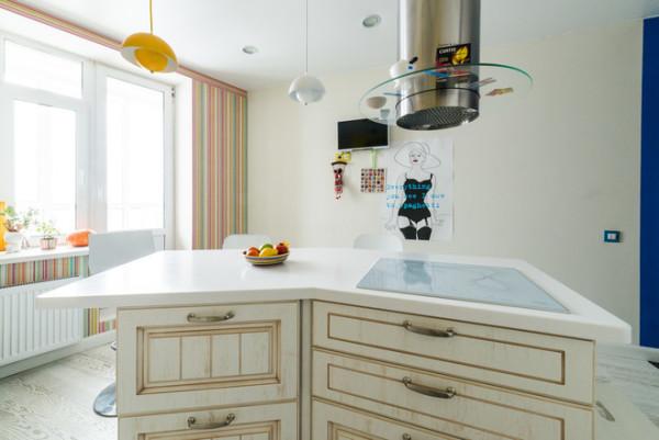 Кухне островного типа на маленькой кухне – быть! Здесь она сможет выполнить функцию обеденного стола и дополнительного места для хранения