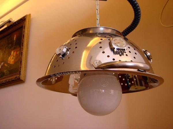 Кухонный светильник с абажуром из дуршлага и старых часов
