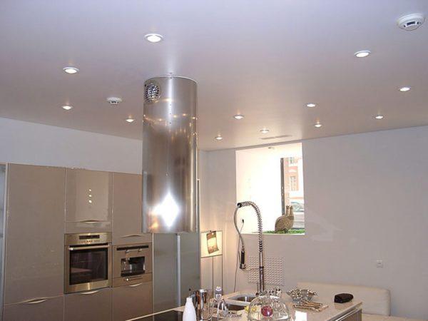 Лампы подсветки можно спрятать и в одноуровневый потолок – все дело в том, насколько он опущен относительно перекрытия