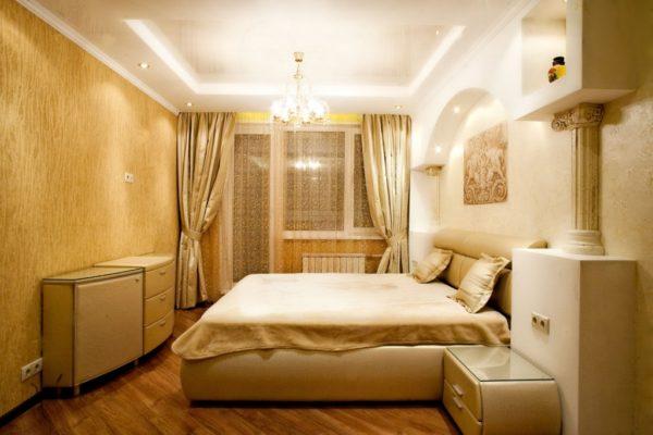 Лепнина с колоннами удачно вписанная в интерьер маленькой спальни.