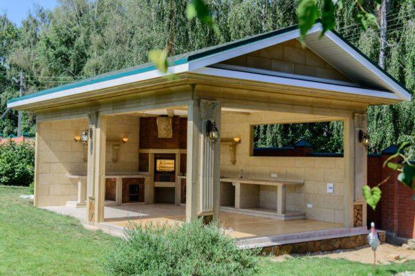 Летние кухни на даче позволяют готовить и принимать пищу на открытом воздухе