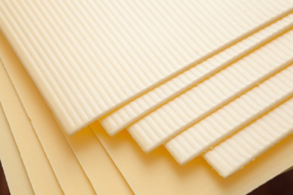 Листовая подложка намного плотнее рулонной, поэтому ее рекомендуется использовать на основаниях с многочисленными мелкими неровностями