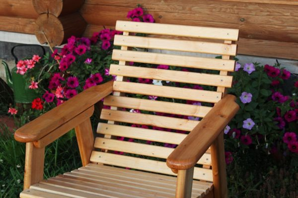 Любым видом яхтового лакового покрытия можно обработать садовую мебель
