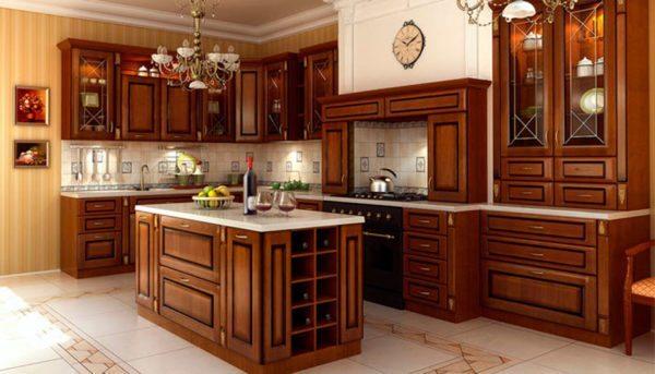 Люстра и мебель из натурального дерева как визитная карточка кухни в классическом стиле.