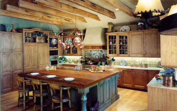 Массивная деревянная мебель и потолочные балки говорят о европейском направлении стиля кантри.
