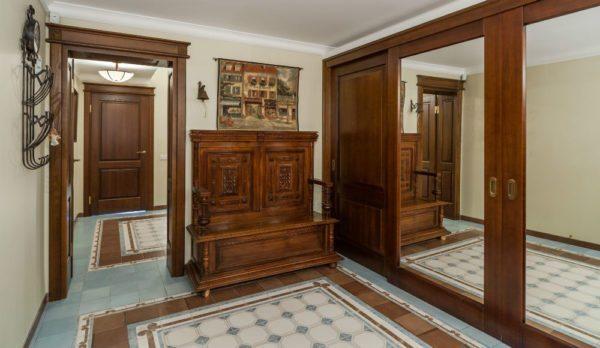 Массивная скамья встречает всех, кто заходит в гостеприимный дом