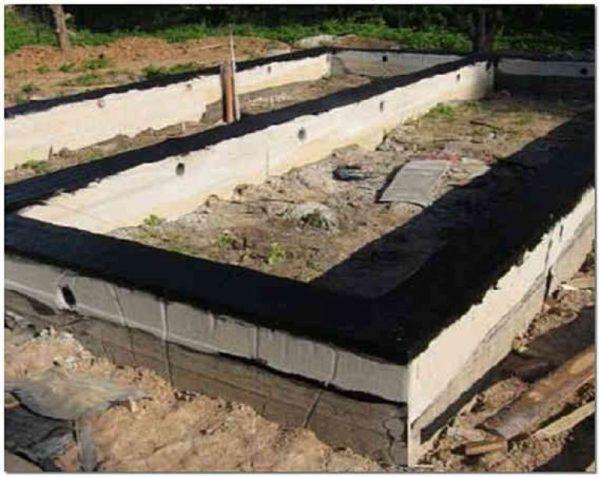 Материал на основе битума можно использовать для горизонтальной гидроизоляции ленточного фундамента