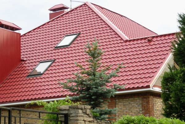 Металлочерепица на крыше очень похожа на керамическую черепицу