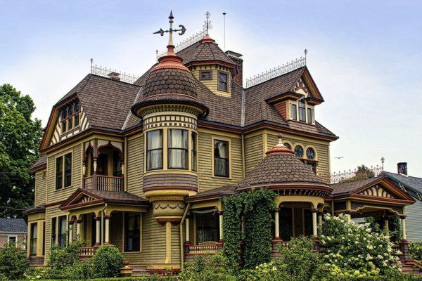 Микс из балкончиков, террас, эркеров, слуховых окон превращает дом в сказочный замок