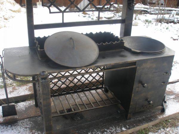 Многофункциональный мангал с печкой позволяет готовить любые блюда.