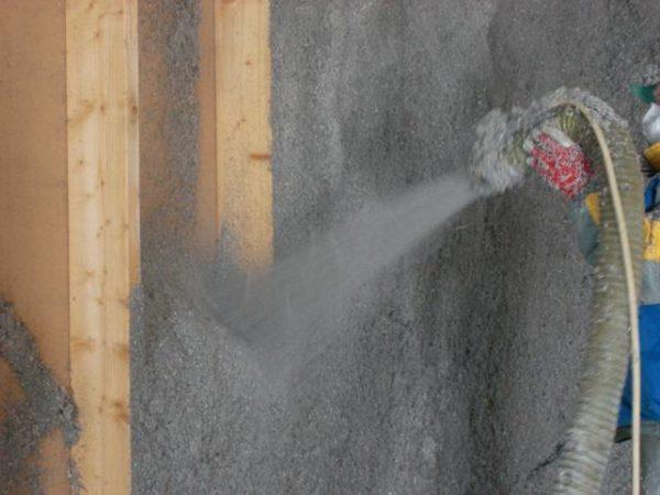 Мокрый способ нанесения эковаты напоминает процесс утепления пенополиуретаном