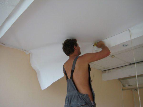 Монтаж натяжного тканевого потолка можно выполнить самостоятельно