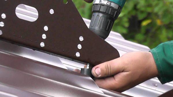 Монтаж снегозадержателей осуществляют поверх кровельного материала при помощи болтов