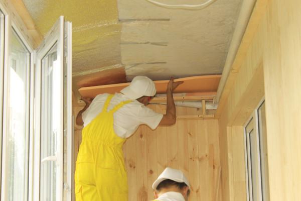 Монтаж утеплителя на потолок.