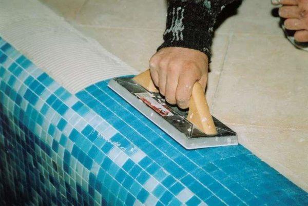 Мозаика идеальна для облицовки криволинейных поверхностей.