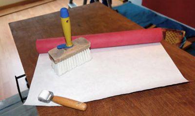 Необходимый для оклейки стен инструмент