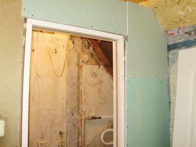 На этом фото - дверная коробка, установленная в проем гипсокартонной перегородки