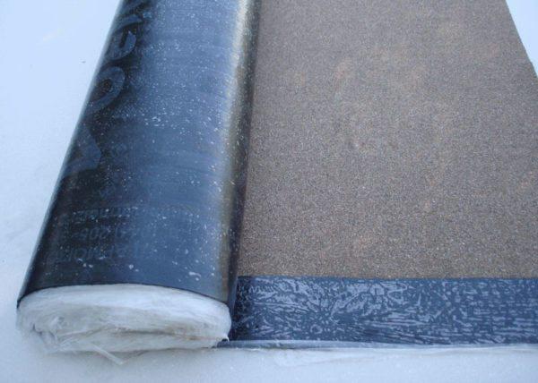 На фото битумно-полимерный рулонный кровельный материал — еврорубероид