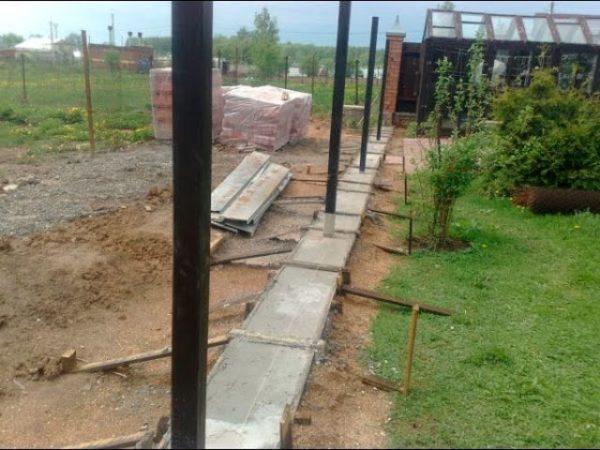 На фото: от качества установки столбов зависит прочность всей конструкции
