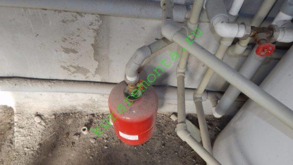 На фото — расширительный бачок в низкотемпературной системе отопления.