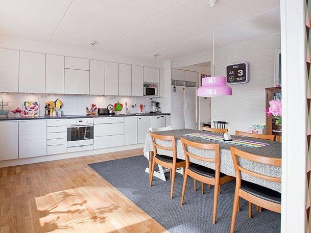 На фото — скандинавская кухня: белый цвет — основной и яркие аксессуары
